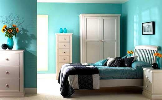 Спальня синие обои белая мебель