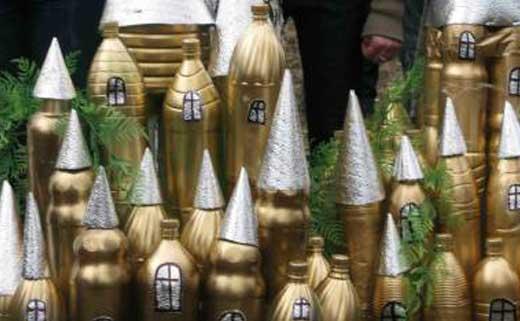 Замок из пластиковых бутылок фото