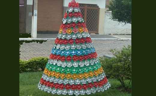 Поделка к новому году из пластиковых бутылок и ложек