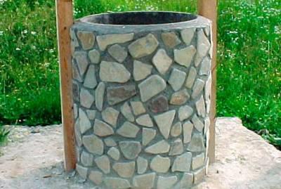 Клумбы из покрышек фото обложенная камнем