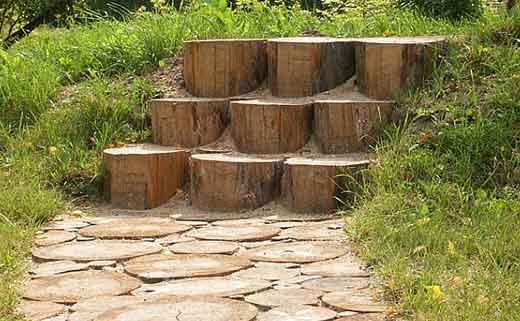 Картинки по запросу Оригинальные идеи дизайна садовых дорожек из спилов дерева