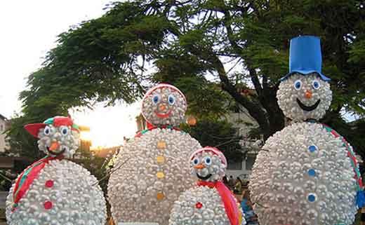Снеговик из пластиковых бутылок своими руками фото