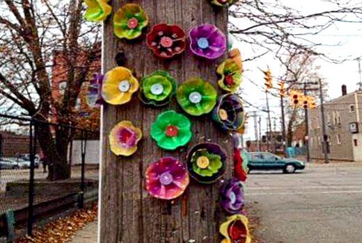 цветы на дереве из пластика
