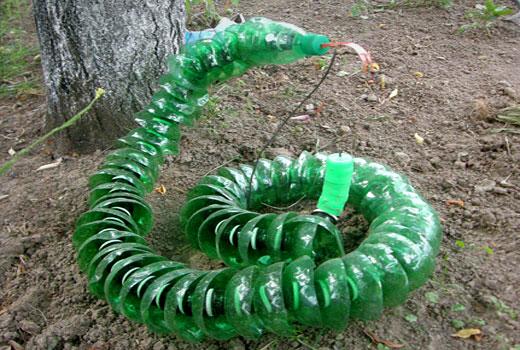 Змея из пластиковых бутылок