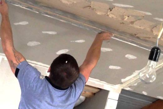 выравнивание потолка раствором