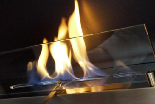 Декоративный камин можно сделать с настоящим огнем