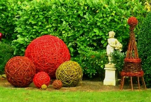 Оформление сада - шары из лозы
