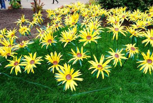 Желтые цветы из пластиковых бутылок