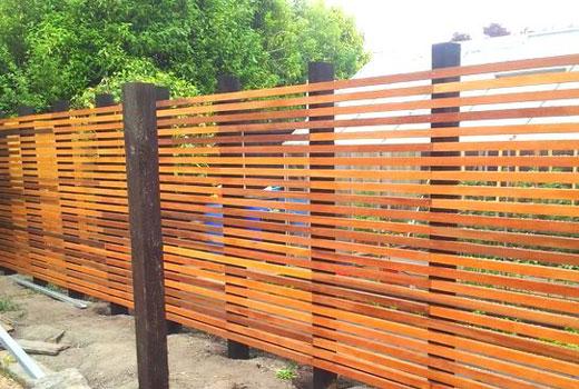 Деревянный забор из брусков