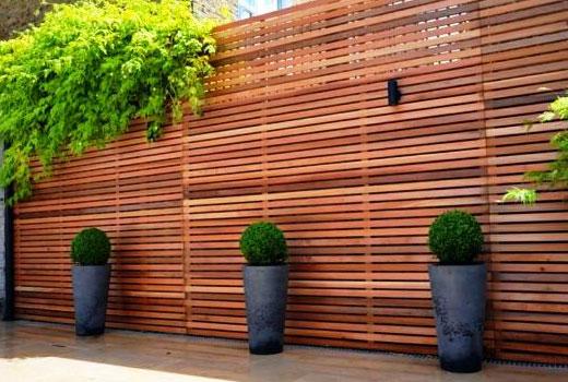 Красивый забор из деревянных брусков