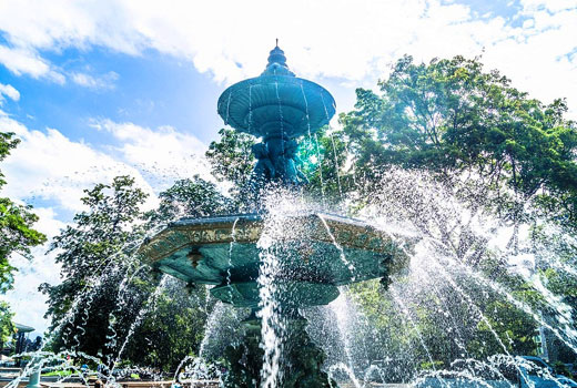 Брызги садового фонтана