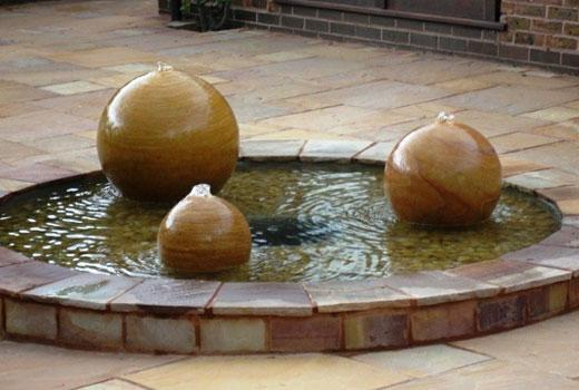 Фонтан для сада из шаров