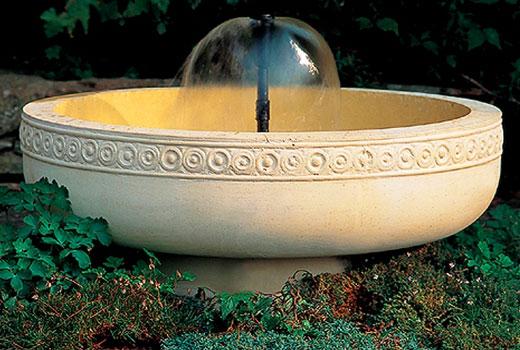 Фонтан садовый в красивой чаше