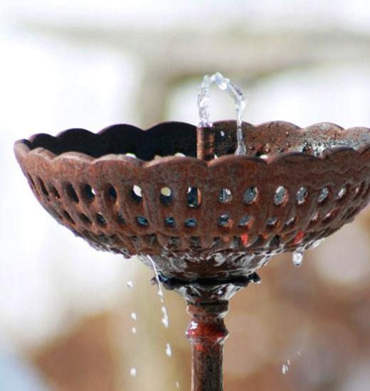 Металлическая чаша фонтана