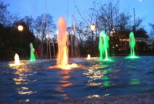 Фонтаны в водоеме с подсветкой