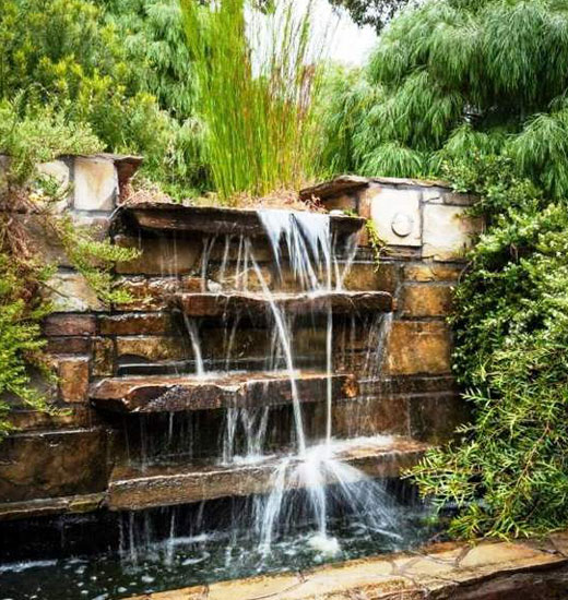 Водопад на камнях садовый
