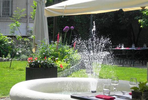 Простой фонтан в саду