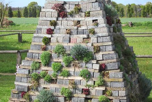 Оригинальный альпинарий пирамида