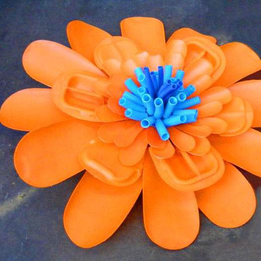 Цветок из пластиковой канистры