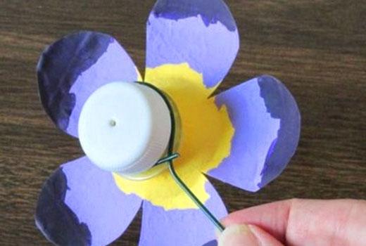 Крепление цветка из пластиковой бутылки
