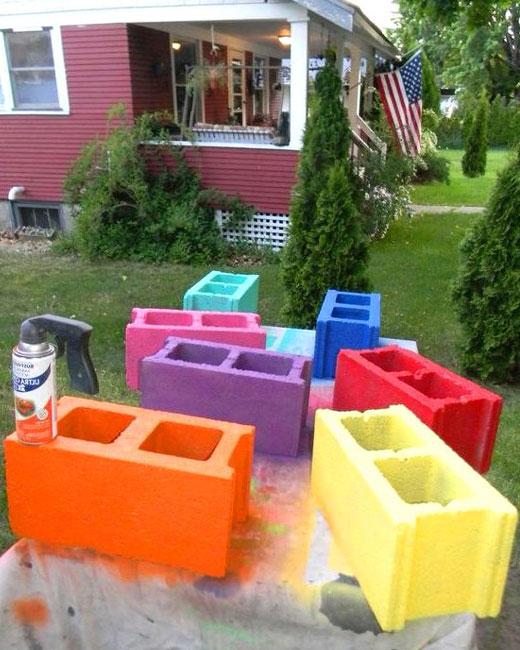 Окрашенные блоки для клумб
