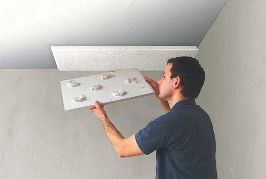 Наклеивание утепляющих плит на потолок