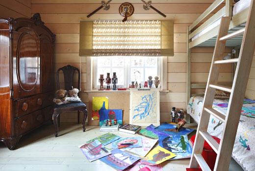 Веселая детская комната в деревянном доме