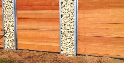 Декоративные каменные опорные столбы в заборе