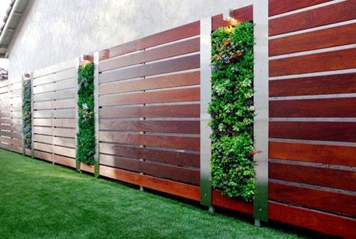 Деревянный забор с декоративными вставками