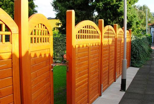 Забор, декорированный верхними планками
