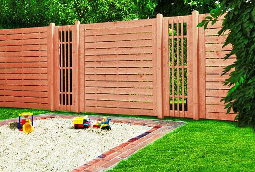 Решетчатые вставки в деревянном заборе