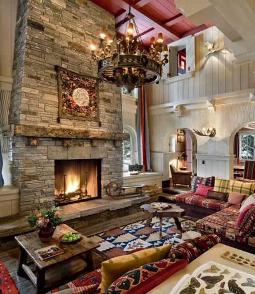 Интерьер с камином в деревянном доме