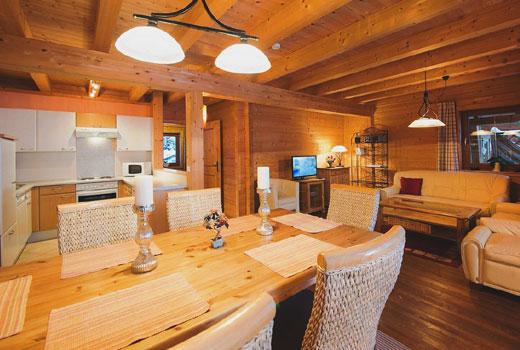 Свет в гостиной деревянного дома
