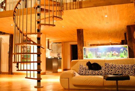 Просторная гостиная деревянного дома