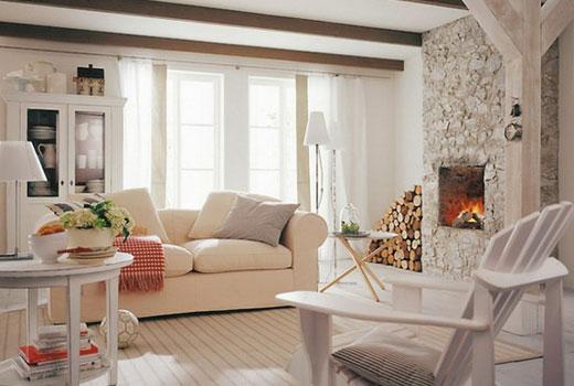 Светлая гостиная деревянного дома