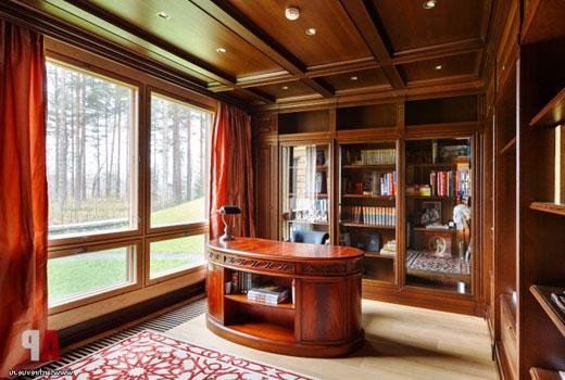 Большие окна в кабинете деревянного дома