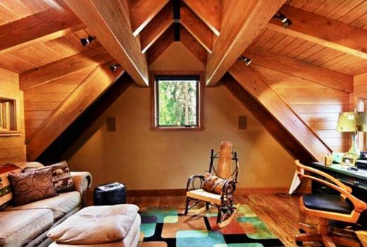 Рабочий кабинет под крышей деревянного дома