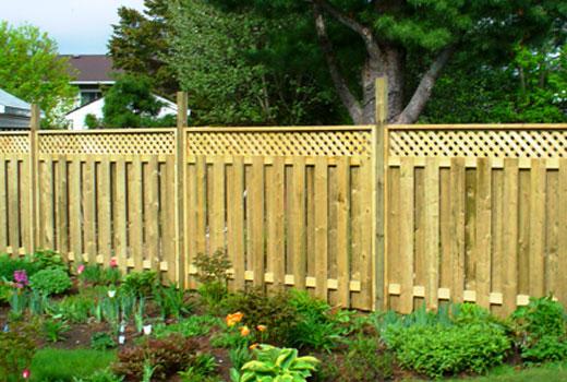 Деревянный забор шахматка с решеткой