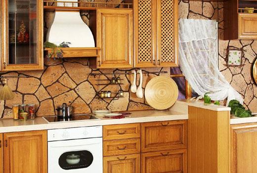 Отделка рабочей зоны кухни камнем