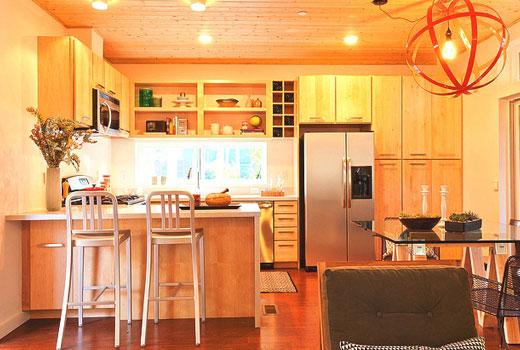 Барная стойка на кухне деревянного дома