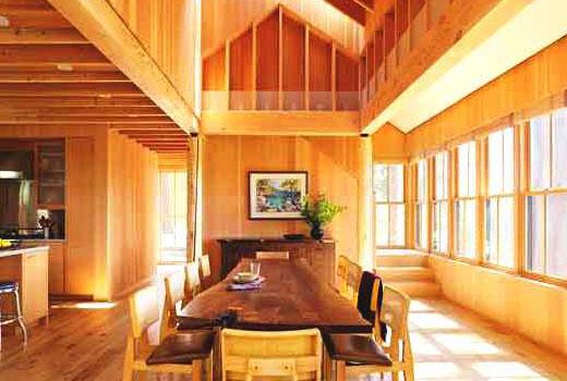 Зона столовой в деревянной кухне