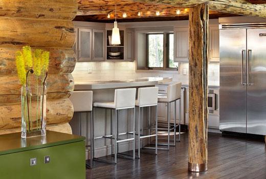 Интересный интерьер кухни в деревянном доме