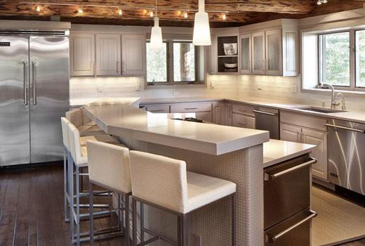 Стильная кухня в деревянном доме