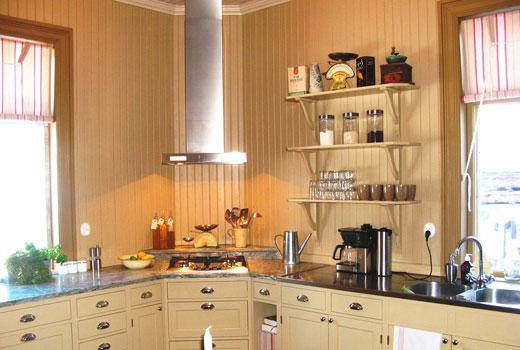 Угловая кухня в деревянном доме