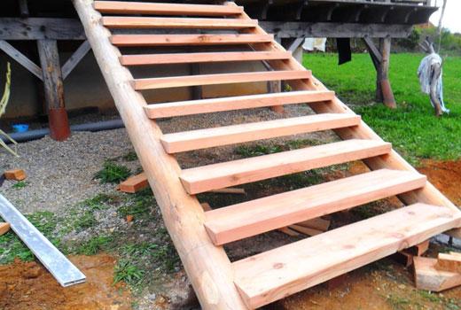 Лестница в саду из балок и досок