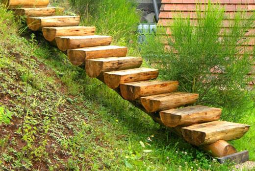 Садовая лестница на бревне