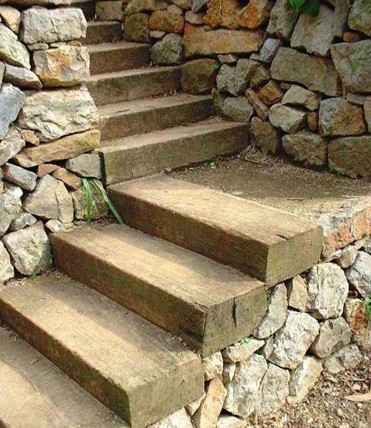 Лестница из бруса с опорой на камни