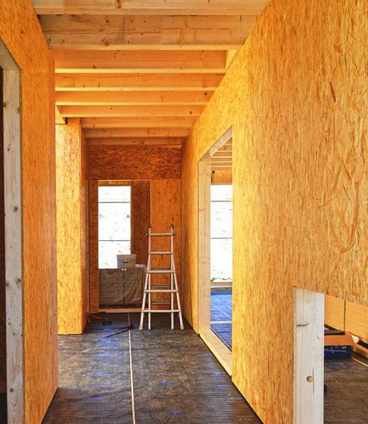Балочный потолок расширяет коридор