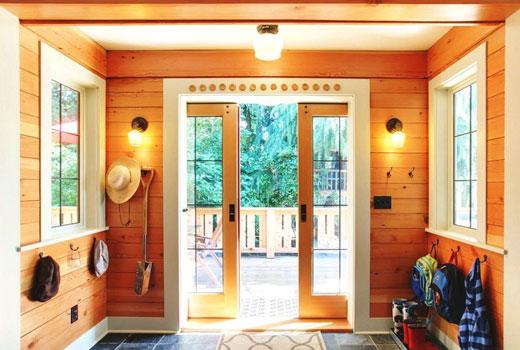 Прихожая деревянного дома