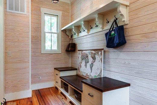 Компактная прихожая в деревянном доме